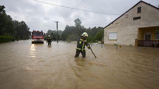 Foto de archivo: los bomberos se abren paso en una calle inundada por el agua en Liszo, Hungría, el 25 de julio de 2020.