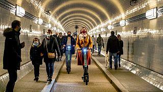 Maskenpflicht im Elbtunnel in Hamburg