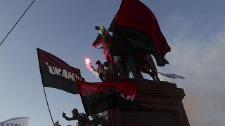Un grupo de manifestantes pintaron de rojo la estatua del general Manuel Baquedano