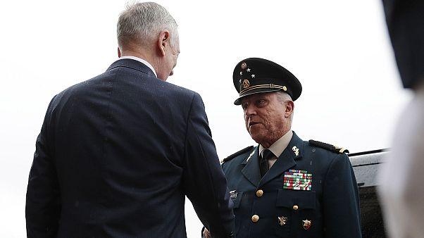 Meksika eski Savunma Bakanı Salvador Cienfuegos, 2017 yılında dönemin ABD Savunma Bakanı James Mattis tarafından karşılanırken.
