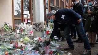 Flores fuera de la escuela donde trabajaba un profesor de historia asesinado, el 17 de octubre de 2020 en Conflans-Sainte-Honorine, al noroeste de París.