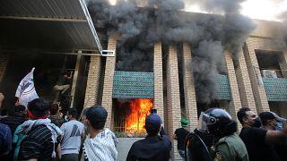 أنصار الحشد الشعبي يحرقون مقرا حزبيا كرديا في بغداد