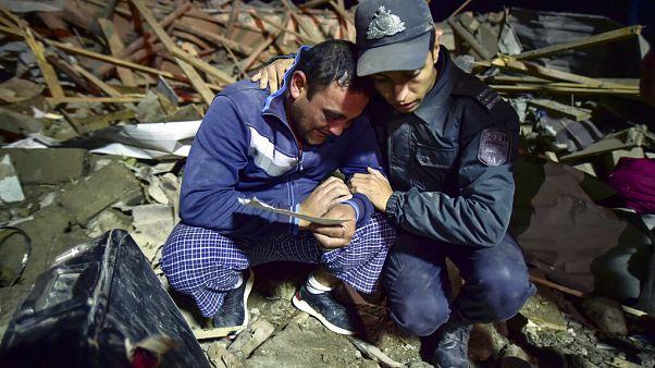 Aserbaidschanischer Soldat mt Mann in zerstörtem Gebäude in Ganja