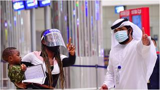 سائحة تصل مطار دبي خلال أزمة كورونا
