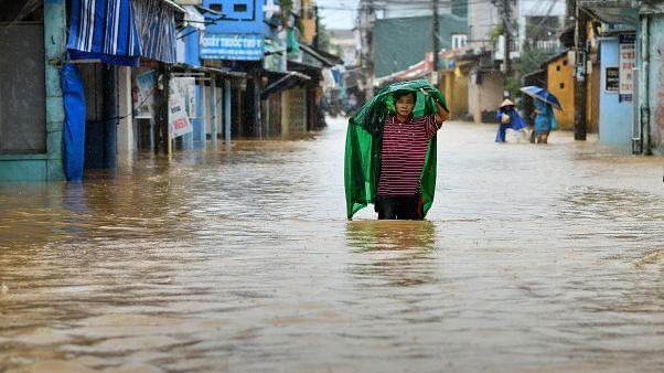 ویدئو؛ طوفان و سیل در ویتنام دهها نفر را به کام مرگ برد