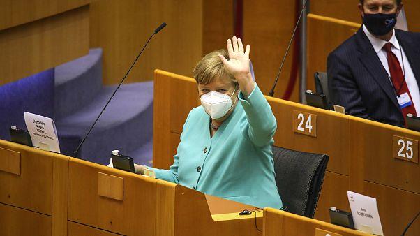 المستشارة الألمانية تلقي التحية على عدد من النواب في البرلمان الأوروبي في بروكسل