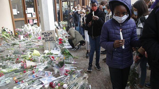 Menschen trauern um den Getöteten