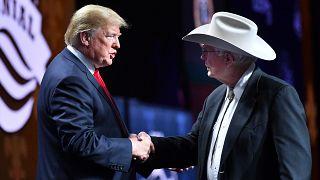 ترامب يصافح جيم تيشلتون