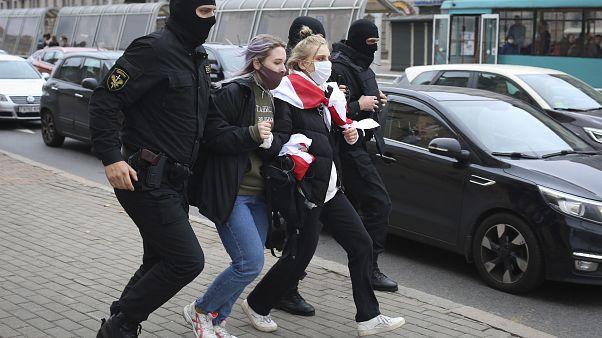 توقيف متظاهرات خلال الاحتجاجات في بيلاروسيا
