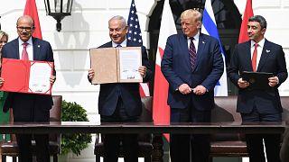 """İsrail ile Birleşik Arap Emirlikleri ve Bahreyn arasında varılan """"ilişkilerin normalleştirilmesine"""" yönelik anlaşmalar 15 Eylül 2020'de Beyaz Saray'da imzalandı."""