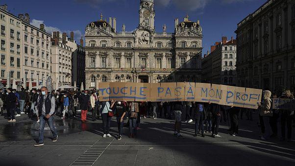 """""""Fass meinen Lehrer nicht an"""" steht auf dem Spruchband bei einer Gedenkkundgebung in der Stadt Lyon"""