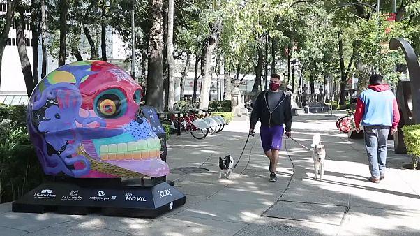 Nur eine von 50 Totenschädel-Skulpturen in Mexiko-Stadt