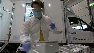 Analyse d'un test devant le nouveau véhicule de dépistage Covid à Dresde, en Allemagne