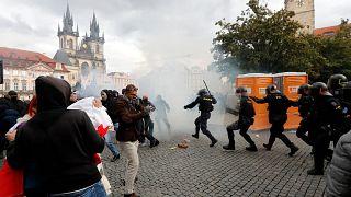 La policía checa utilizó gas lacrimógeno y un cañón de agua para dispersar a los cientos de manifestantes que protestaban violentamente contra las restrcciones por la COVID-19