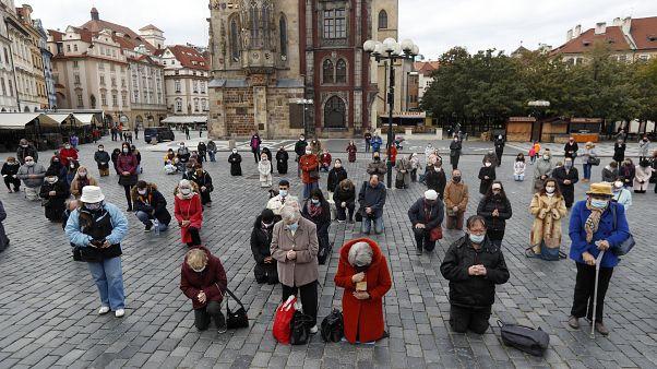 Multitudinaria misa en exteriores en Praga, el domingo 18 de octubre de 2020.