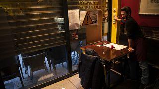 Un restaurateur belge baisse le rideau de son établissement à Bruxelles, le 18 octobre 2020