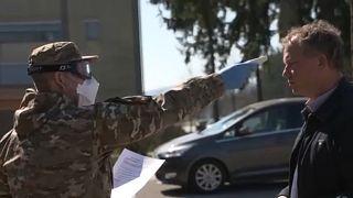 A katasztrófavédelem embere lázat mér beléptetéskor Ljubljanában