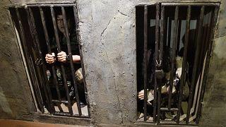 جندي كوري جنوبي يخضع لتجربة حول ما يشبه الاحتجاز في زنزانة كورية شمالية في معرض الحرب الكورية في سيول.