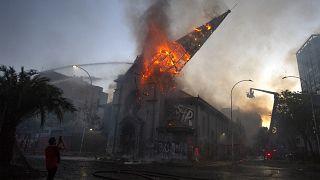 La cúpula de la Iglesia de la Asunción de Santiago de Chile se precipita al suelo envuelta en llamas