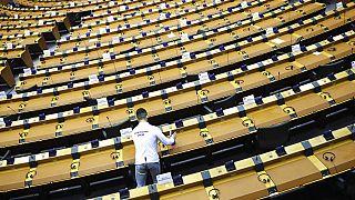 Trabalhador desinfeta bancadas do Parlamento Europeu - Arquivo