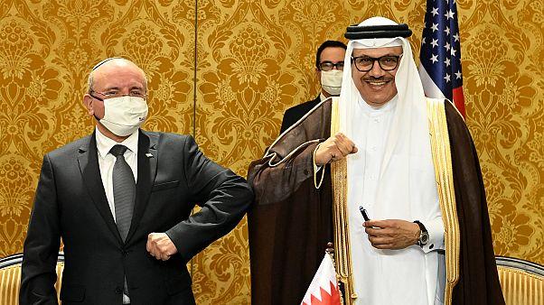 İsrail-Bahreyn mutabakat zaptını İsrail adına Ulusal Güvenlik Kurumu Başkanı Meir Şabat (solda), Bahreyn adına ise Dışişleri Bakanı Abdullatif ez-Zeyyani imzaladı