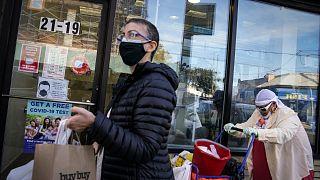سكان نيويورك يرتدون كمامات للوقاية من فيروس كورونا