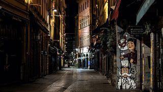 Rue Mercière, a Lione, di solito piena di gente per l'alta concentrazione di ristoranti. Desolatamente vuota a causa del coprifuoco