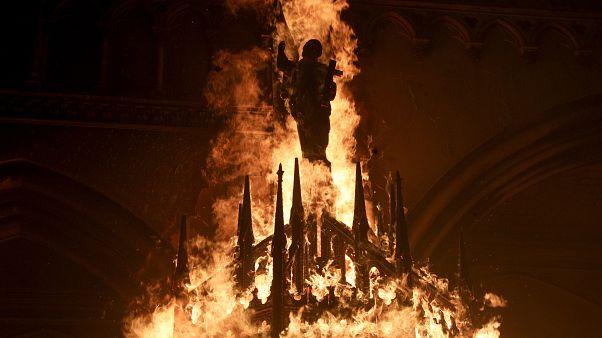 متظاهرون يضرمون النار في كنيسة خلال احتجاجات في سانتياغو، تشيلي