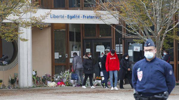 Vor der Schule in Conflans-St-Honorine