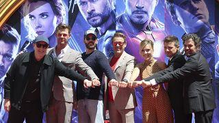 """أبطال """"أفنجرز"""" في صورة جماعية بعد حفل بصمة الأيدي والأقدام في المسرح الصيني في لوس أنجلس. 2019/04/23"""