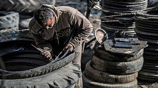 عامل مصري في إحدى ورشات إطارات المركبات في منطقة الدلتا شمال العاصمة القاهرة