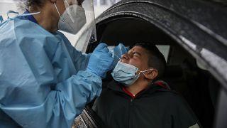 Un garçon testé en voiture à l'hôpital San Paolo, Milan, le 15 octobre 2020, Italie