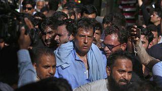 Pakistan polisi, ülkenin kurucusu Muhammed Ali Cinnah'ın mezarında orduya karşı sloganlar gruba liderlik eden Muhammed Safdar'ı tutukladı.