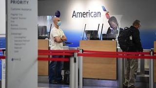 مسافرون في مطار لوس أنجليس بالولايات المتحدة يستكملون الإجراءات قبيل التوجه إلى الطائرة