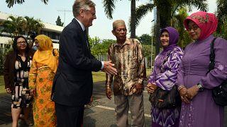 Hollanda Büyükelçisi Tjeerd de Zwaan Endonezyalı yargısız infaz kurbanlarının yakınlarını selamlarken (2013)