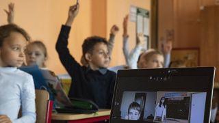 Московские школьники младших классов вернулись за парты.