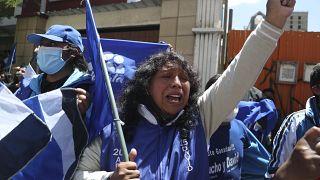 Partidarios de Luis Arce gritan consignas frente a su sede un día después de las elecciones en La Paz