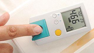 بیمار مبتلا به دیابت در حال انداگیزی میزان قند خون