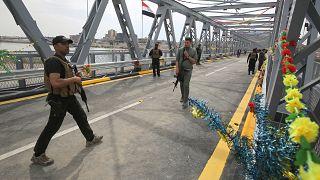 عناصر من القوات الأمنية العراقية فوق الجسر القديم وسط مدينة الموصل