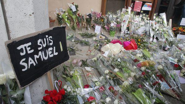 Местные жители приносят цветы к месту убийства Самюэля Пати.