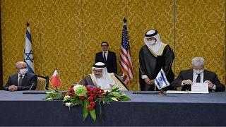 وزير الخارجية البحريني عبد اللطيف الزياني ومستشار الأمن القومي الإسرائيلي مائير بن شبات، يوقعون اتفاق تطبيع العلاقات بين البلدين بحضور وزير الخزانة الأمريكي ستيف منوتشين