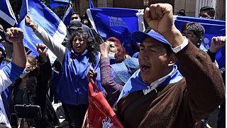 Partidarios de Luis Arce celebran la victoria ante el cuartel general del MAS en La Paz, Bolivia