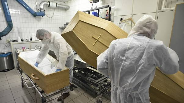 Preparación del ataud de una víctima de COVID-19 en Bélgica