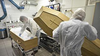 Preparazione della bara di una vittima di Covid-19 in Belgio