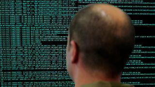 Французский военнослужащий на конференции по кибербезопасности в Лилле, 2018