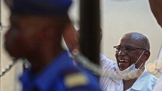 الرئيس السوداني المعزول عمر حسن البشير في إحدى جلسات محاكمته بتهمة تنظيم انقلاب 1989 في بلاده