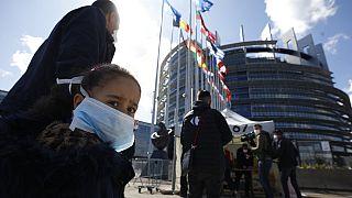 Az Európai Parlament előtt koronavírus-tesztre várakozók