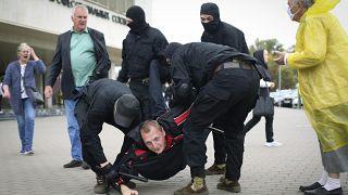 Rendőrök őrizetbe vesznek egy tiltakozót az elnökválasztás eredménye elleni tüntetésen Minszkben szeptember 27-én.