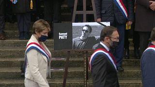 شاهد: نواب فرنسيون يقفون دقيقة صمت تكريماً لروح أستاذ التاريخ المذبوح