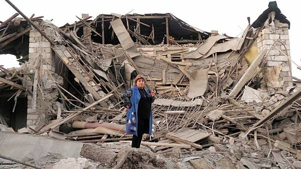 یکی از ساکنان استپاناکرت (خانکندی) در برابر ویرانه خانهاش